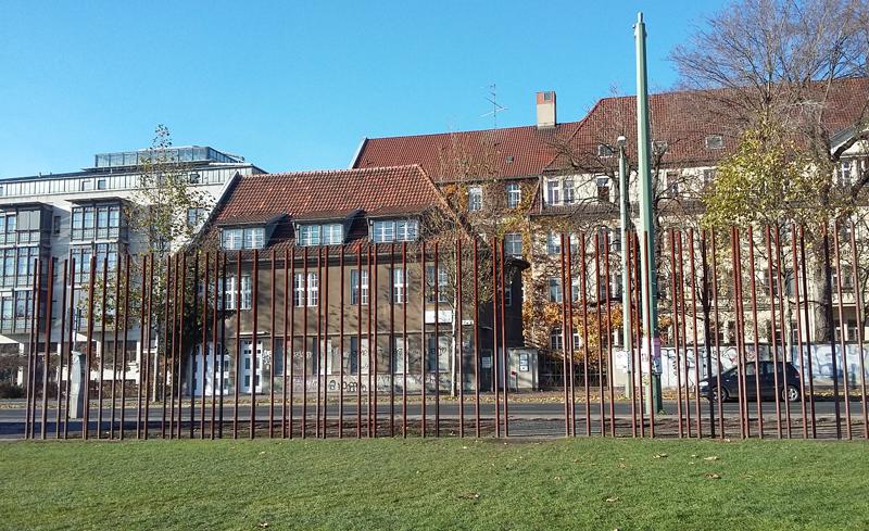 Metallstangen erinnern an den Verlauf der Berliner Mauer
