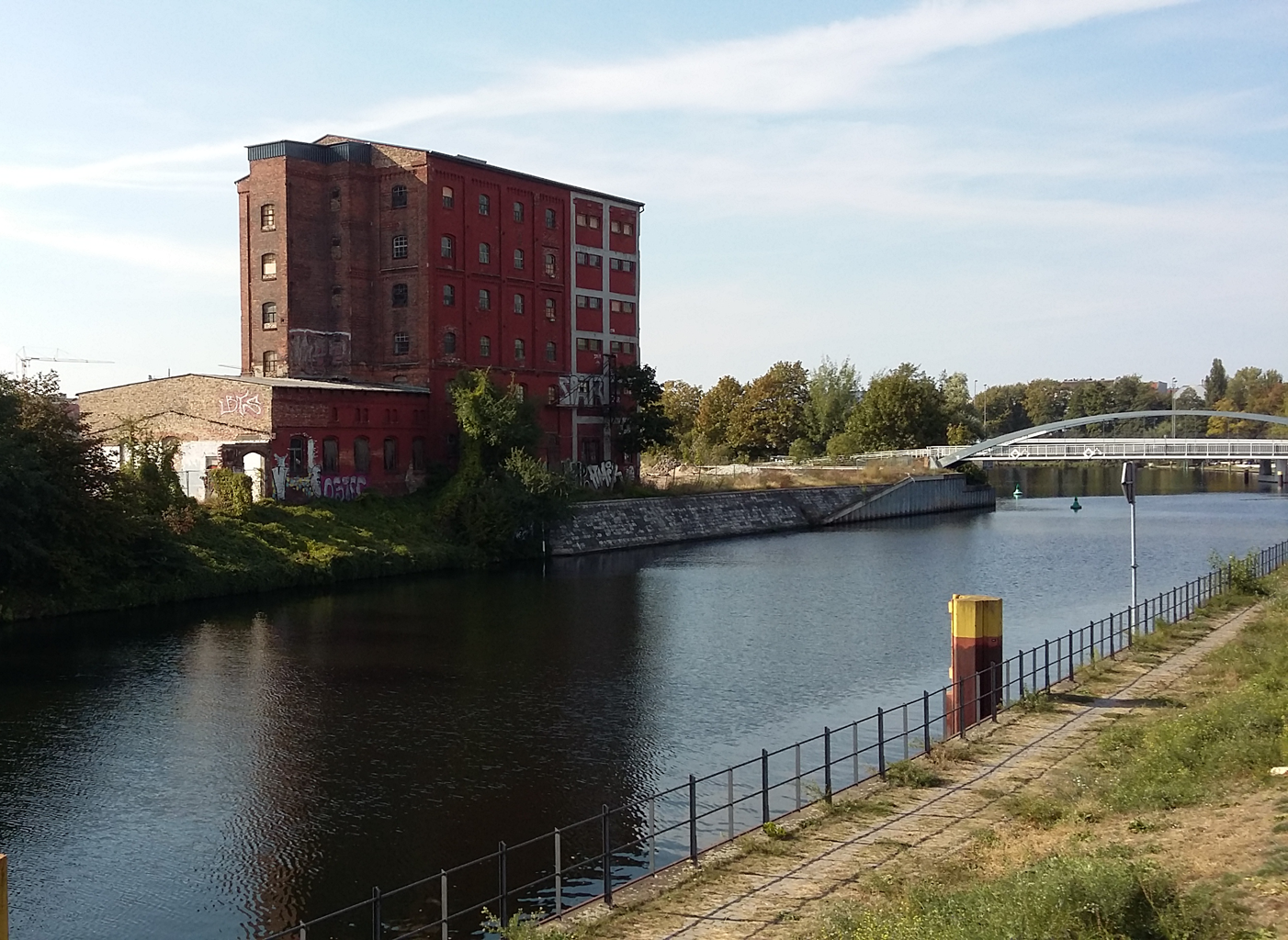 Uferweg am Nordhafen: Blick auf ein vermutlich leerstehendes Industriegebäude in der Heidestraße