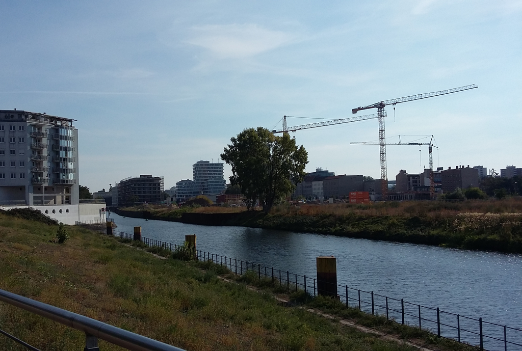 Uferweg am Nordhafen: Blick auf die Baukräne vor dem Hauptbahnhof