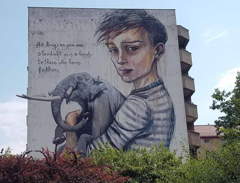 Wandbild in Moabit an der Stromstraße 36 - Künstler: Onur, Wes 21 und Herakut