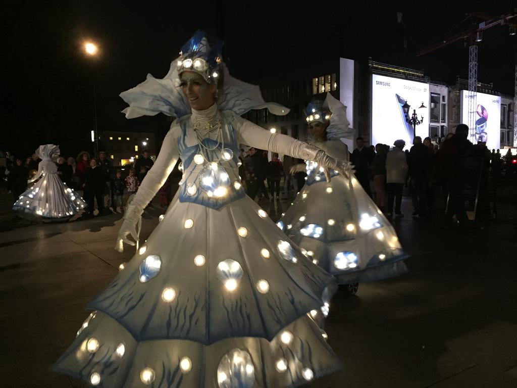 Berlin leuchtet 2016 - Künstlergruppe Vagalume in LED-Lichterkostümen auf blinkenden IO Hawks