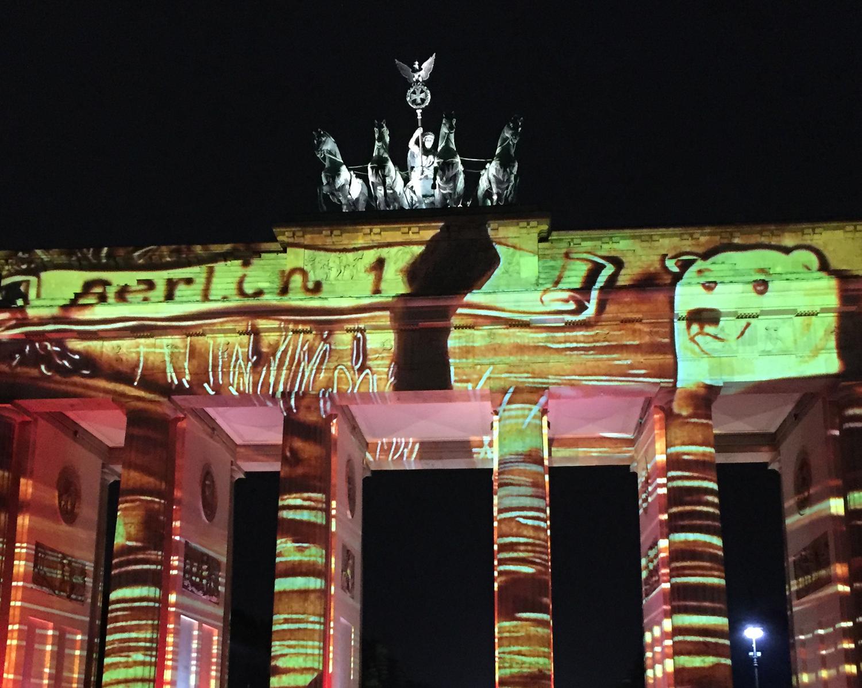 Berlin leuchtet 2016 - Aljona Voynova am Brandenburger Tor