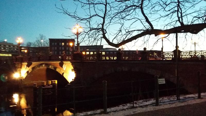 Ein Wintermorgen kurz vor acht - Blick auf die Anne-Frank-Grundschule in Mitte