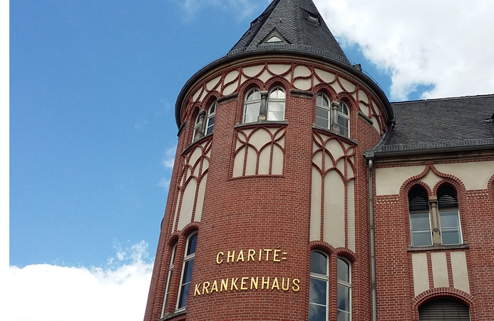 Der Haupteingang der Charite in Berlin