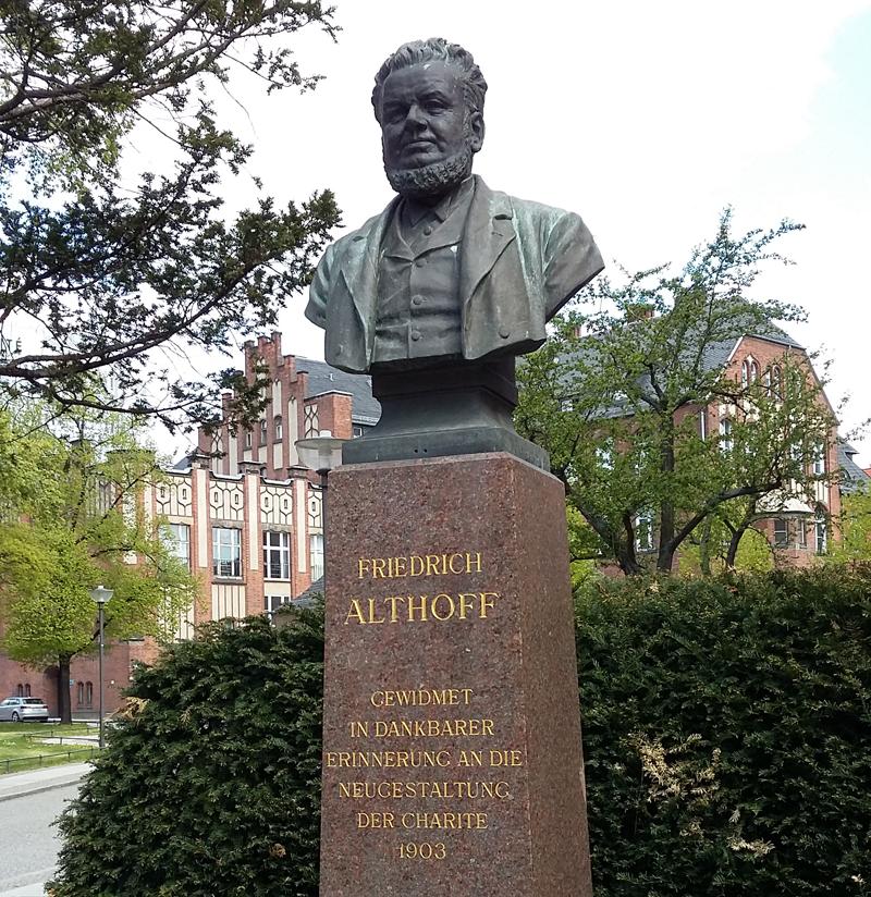 Denkmal von Friedrich Althoff auf den Charite-Gelände in Mitte