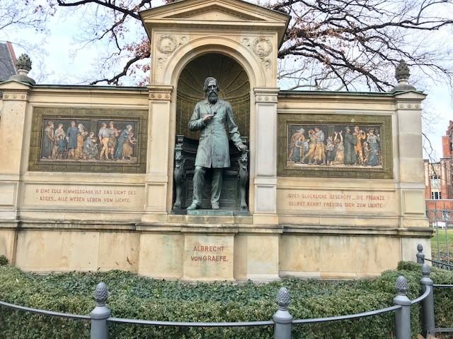 Denkmal Albrecht von Graefe - Ecke Luisenstraße/ Schumannstr. in Berlin - Foto von Dr. med Wolfgang Hanuschik