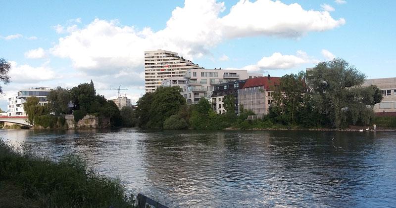Das Donau-Ufer in Ulm mit Blick auf Neu-Ulm