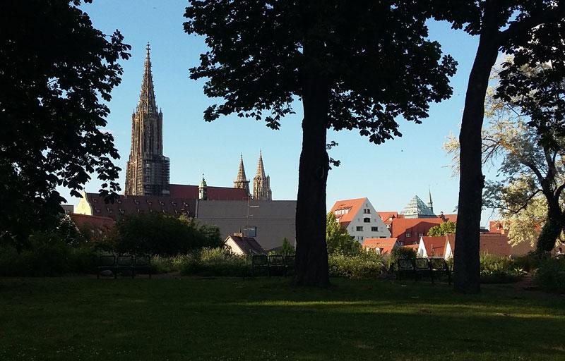 Grünanlagen am Kobelgraben - Blick aufs Ulmer Münster