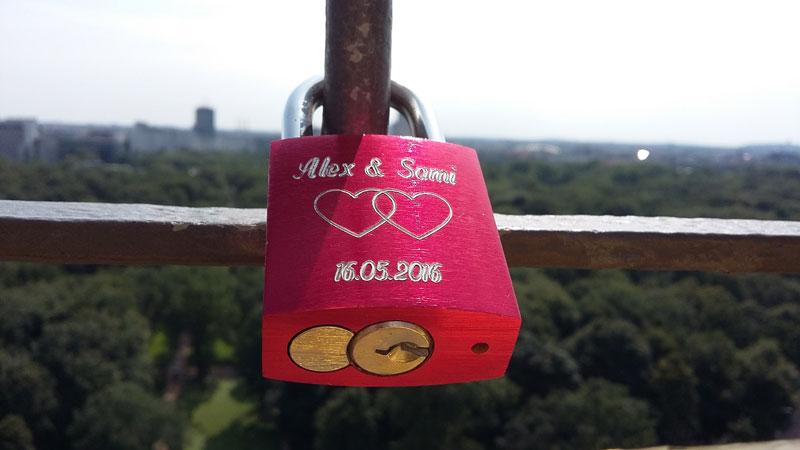 Liebesschloss am Gitter der Aussichtsplattform der Berliner Siegessäule