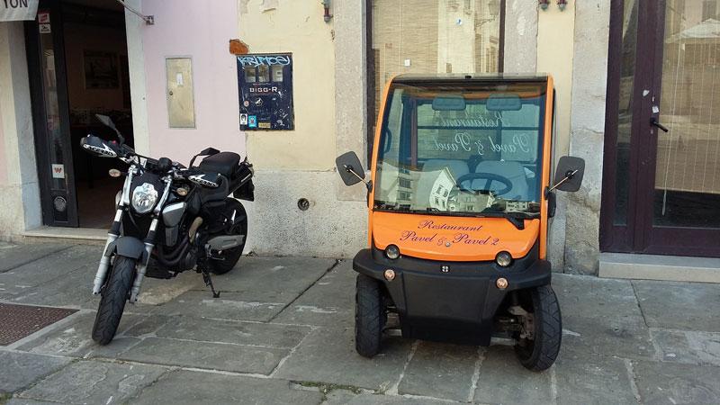 Slowenien - Elektroauto und Motorrad am Platz des 1. Mai in Piran