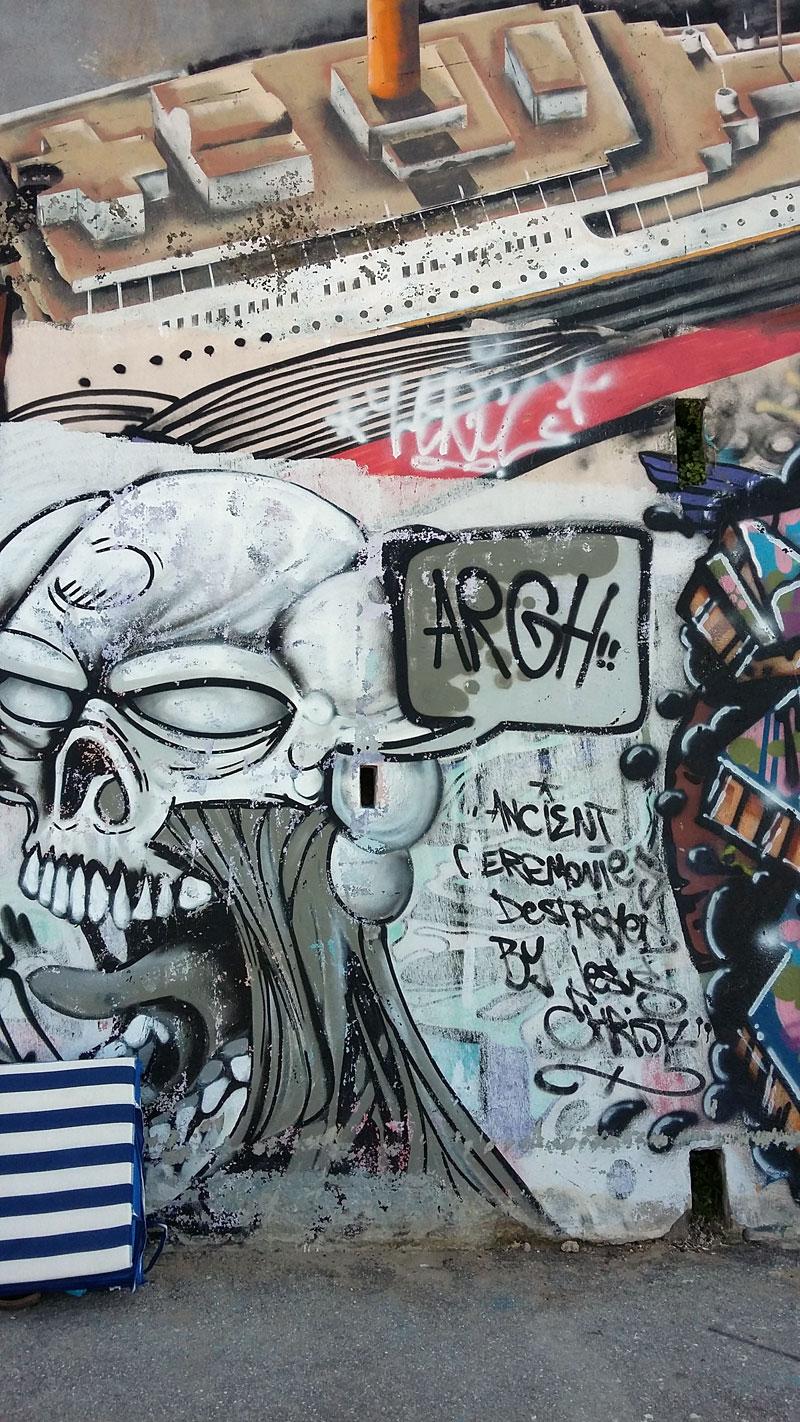Slowenien - Graffiti Boot Totenkopf am letzten Ende der Promenade in Piran
