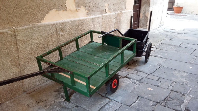 Slowenien - Handwagen in einer engen Gasse in Piran