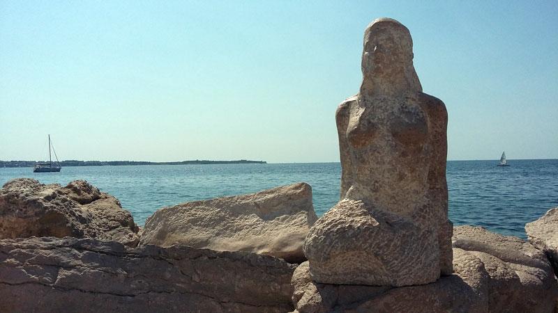 Galionsfigur aus Stein an der Promenade in Piran