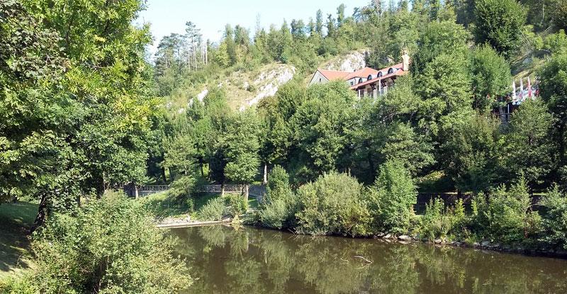 Park vor den Höhlen von Postojna