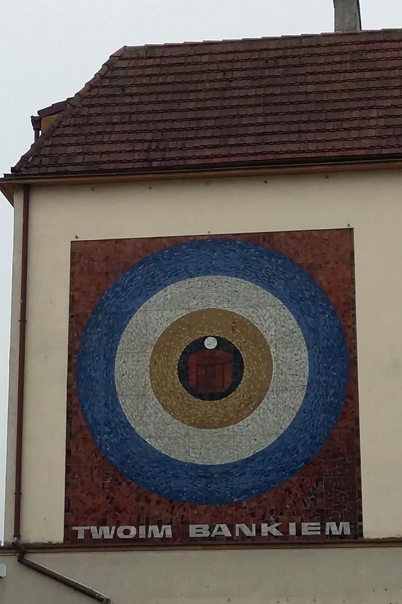 Deine Bank - Kunstwerk an einem Haus am Freiheitsplatz in Swinemünde