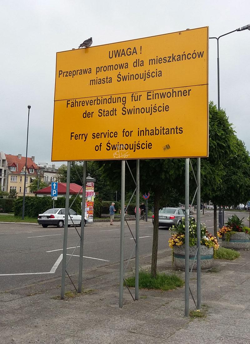 Schild an der Anlegestelle der Fähre am Hafen in Swinemünde