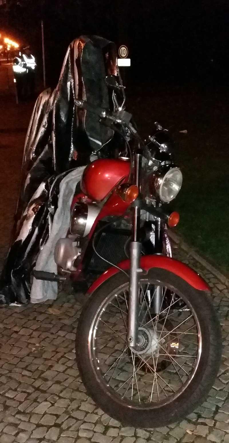 Lichterfest in Berlin - Schloss Bellevue - Ein Wächter auf einem Motorrad