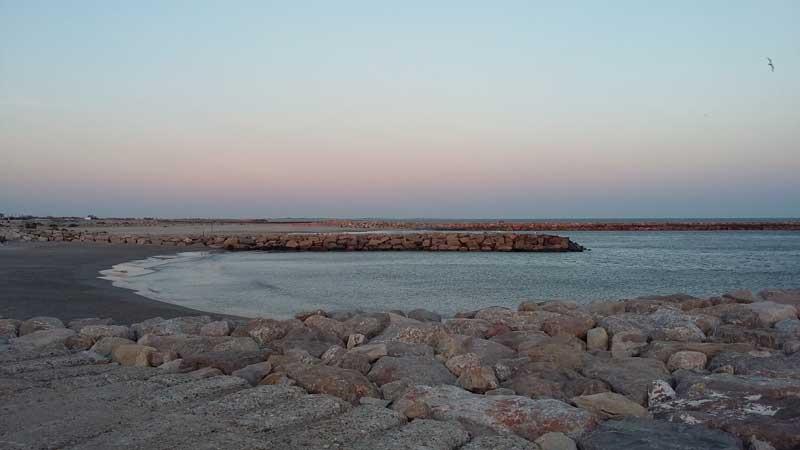 Einsamer Strand in der Nebensaison in Saintes-Maries-de-la-Mer