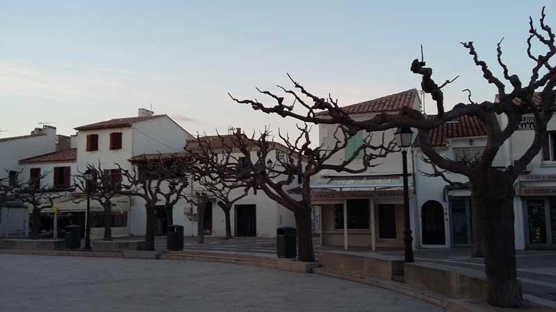 Einsamer Dorfplatz in der Nebensaison in Saintes-Maries-de-la-Mer