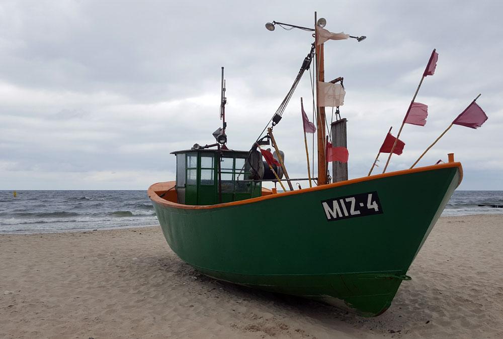 Ein grünes Boot im Fischereihafen von Misroy