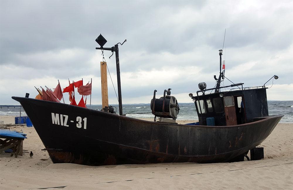 Ein schwarzes Boot im Fischereihafen von Misroy