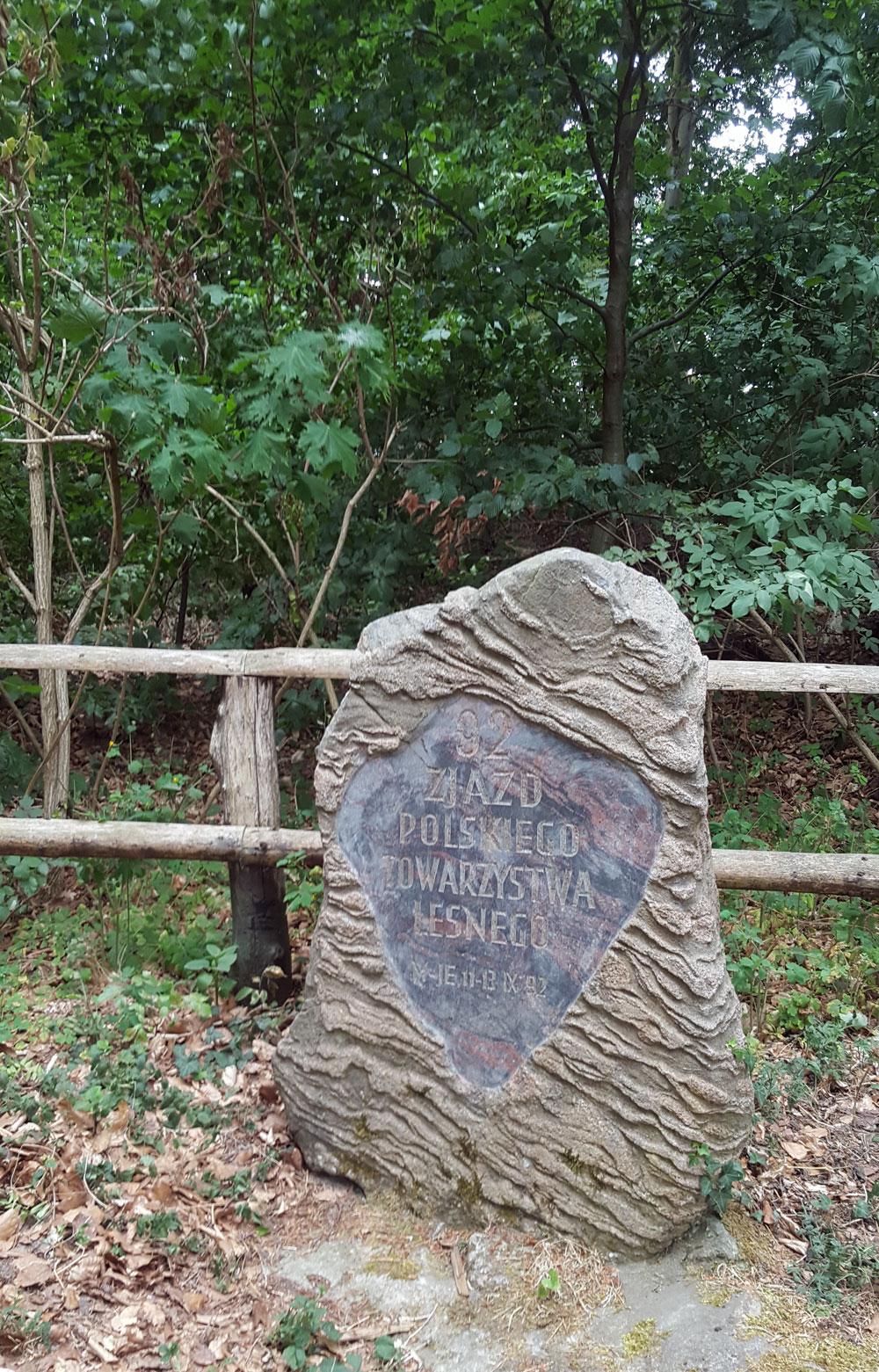 Älterer Gedenkstein der von polnischen Förstern aus der Ostsee geborgen wurde