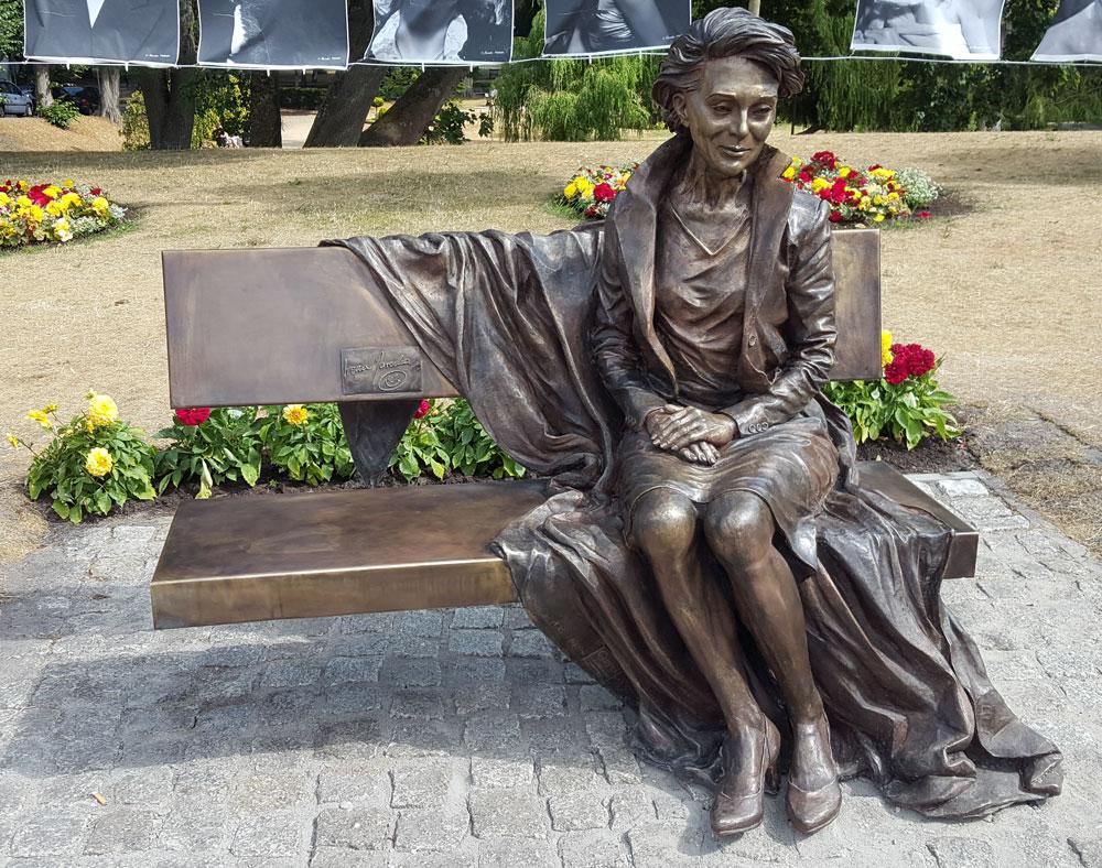 """Statue """"Irena Jarocka"""" des polnischen Bildhauers Michał Pronobis"""