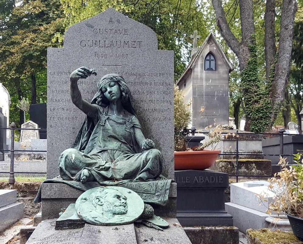 "Friedhof Montmartre im Quartier des Grandes-Carrières - Grab des französischen Malers <a href=""https://en.wikipedia.org/wiki/Gustave_Achille_Guillaumet"" target=""_blank"" rel=""noopener"">Gustave Achille Guillaumet</a>"