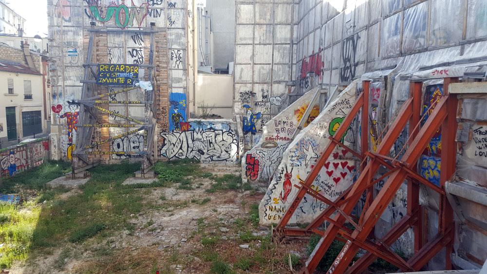 Hausruine mit Graffitis im Quartier Clignancourt in Montmartre