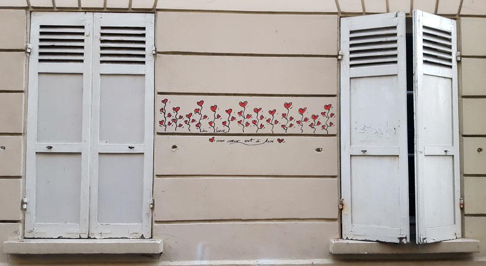 """Liebesbotschaft """"mon coeur est a toi"""" an einer Hauswand im Quartier des Grandes-Carrières in Montmartre"""