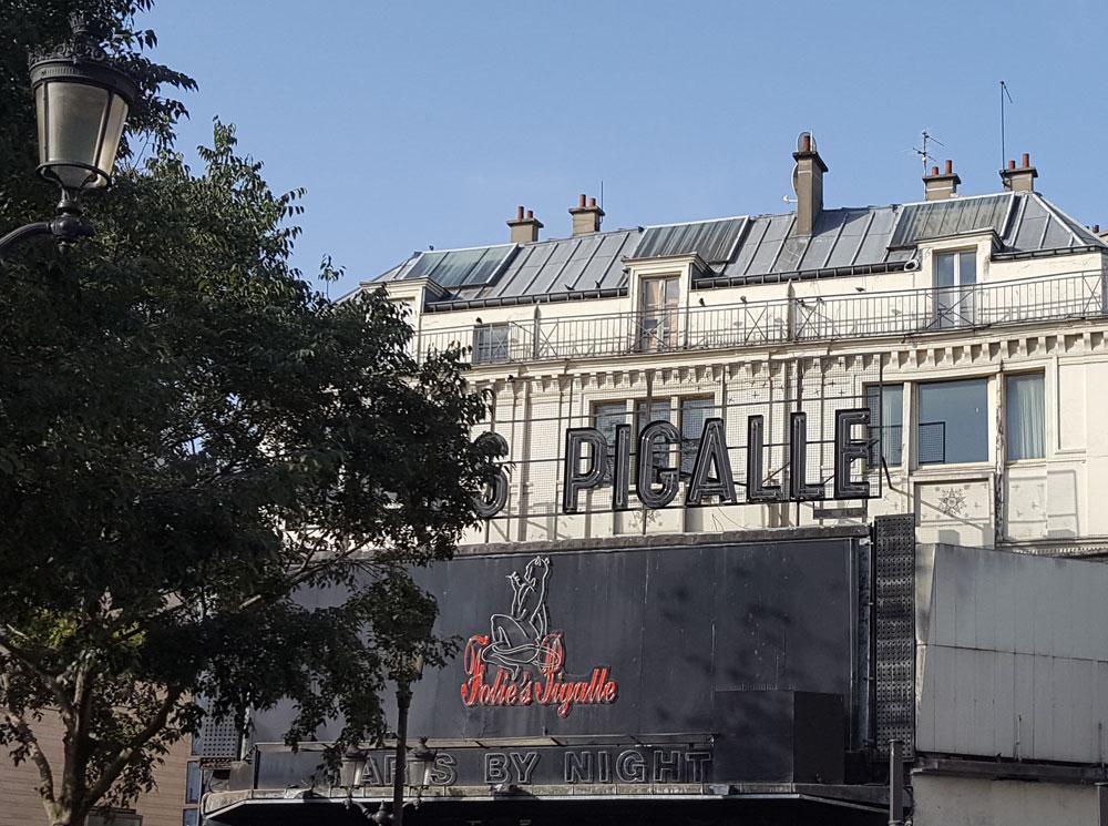 """Nachtclub <a href=""""https://de-de.facebook.com/foliespigalleparis/"""" target=""""_blank"""" rel=""""noopener"""">Folies Pigalle</a> am Boulevard de Clichy in Montmartre"""