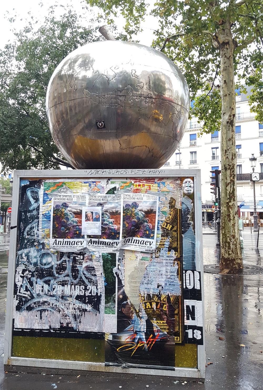 """Metallapfel auf dem Boulevard de Clichy - Kunstwerk des französischen Künstlers <a href=""""http://www.franckscurti.net/"""" target=""""_blank"""" rel=""""noopener"""">Franck Scurti</a>"""