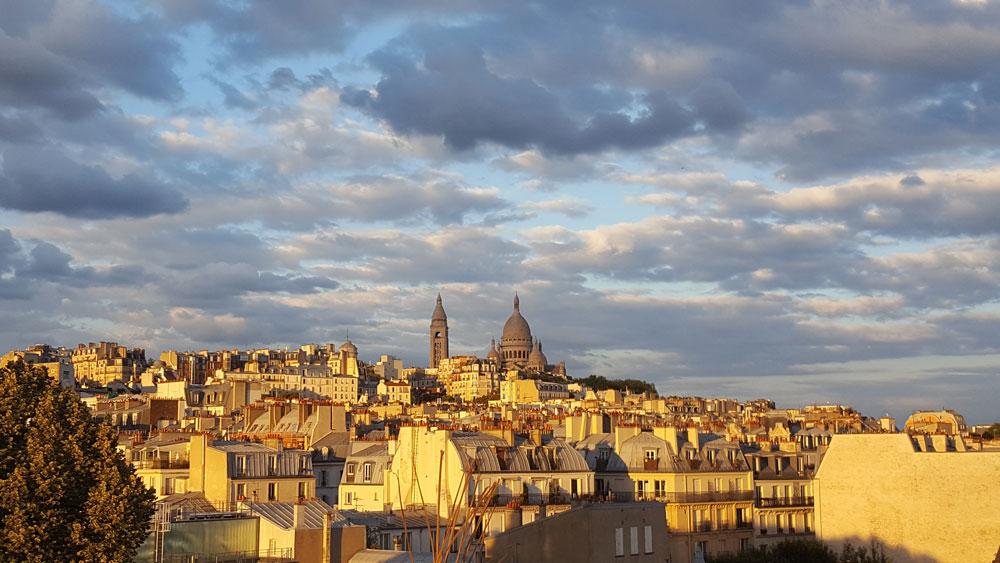 Dächer von Paris - Blick von der Dachterasse des Citadines Montmartre auf Sacre Coeur