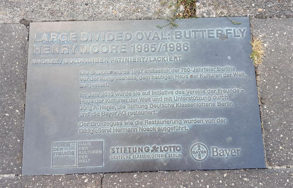 Bronzetafel im Boden mit Informationen zur Skulptur und dem Förderverein: Jörg A. Henle, Stiftung Deustch Klassenlotterie Berlin und Bayer AG
