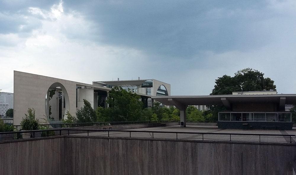 Blick auf des Bundeskanzleramt von der Dachterrasse des Hauses der Kulturen der Welt