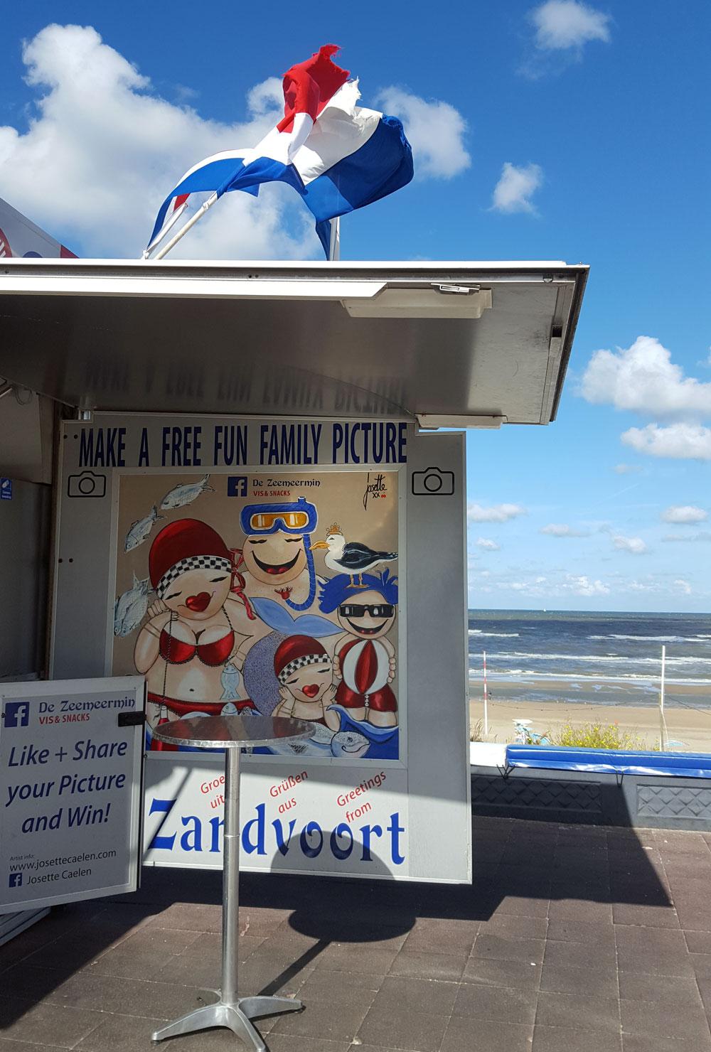 """Werbeschild an der Fischbude """"De Zeemeermin Fish & Snacks"""" an der Strandpromenade von Zandvoort"""