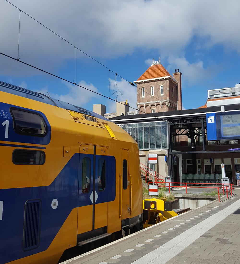 Zug am Bahnhof von Zandvoort am Zee