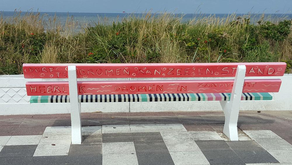 Bunt bemalte Bank an der Strandpromenade von Zandvoort