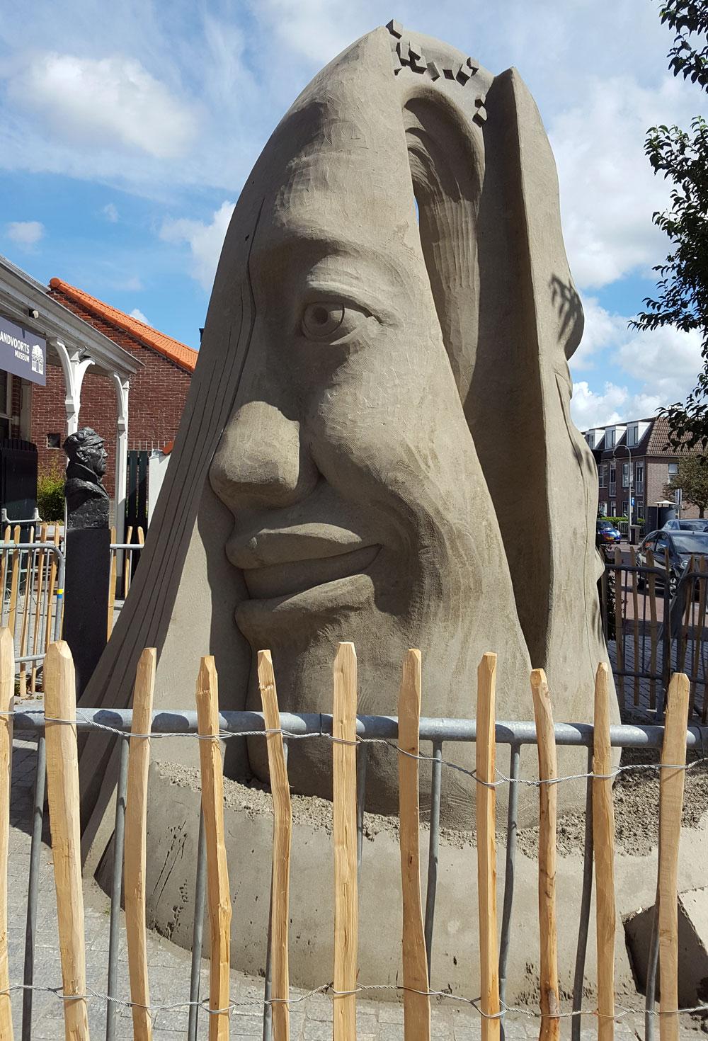 Sandskulptur vor dem Rathaus in Zandvoort