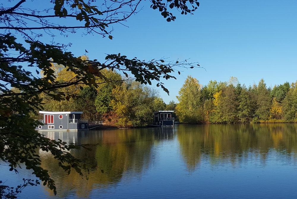 Ein sonniger Herbsttag - Hausboote auf dem See im Centerpark Bispinger Heide
