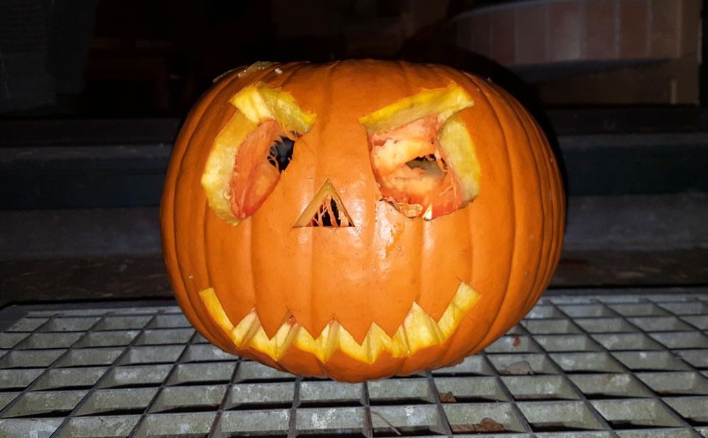 Halloween - Ein selbstgeschnitzer Kürbis auf der Ferienhausterrasse