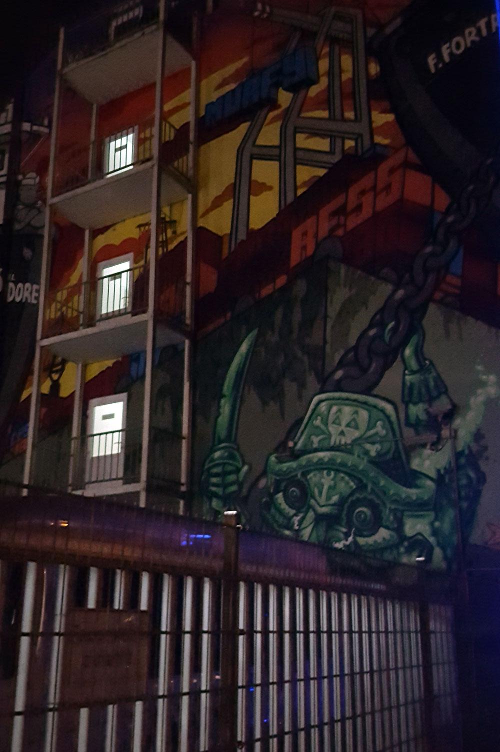 Krakenkapitän - Graffitii an einer Hauswand in der Budapesterstraße gegenüber dem Stadion
