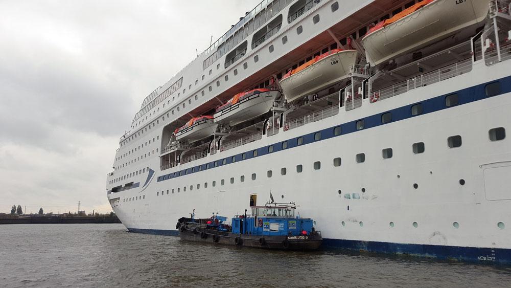 Kreuzschiff im Hafen in Hamburg