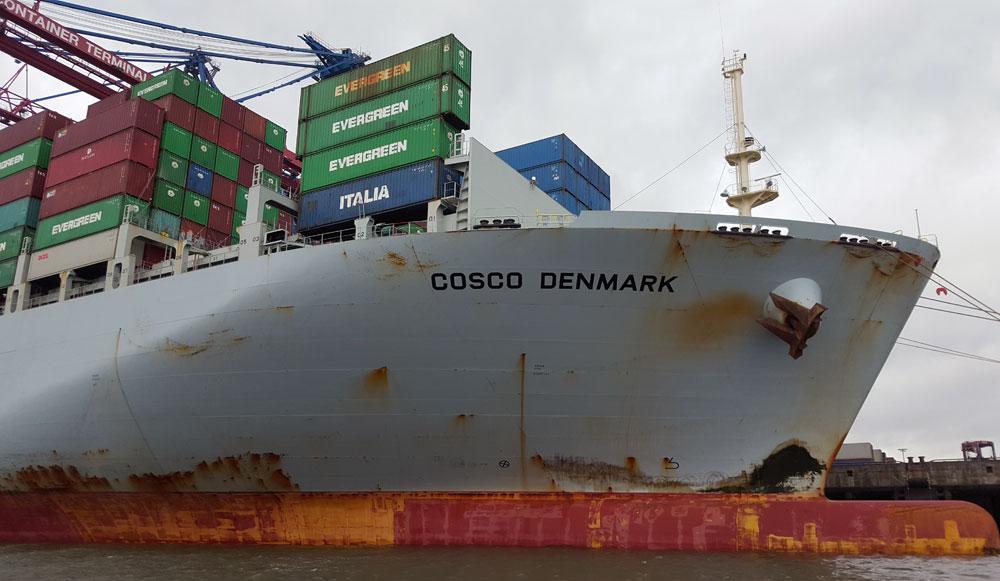 Die COSCO DENMARK im Containerhafen in Hamburg