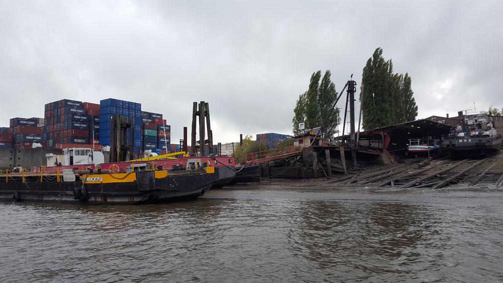 Schiff im Containerhafen in Hamburg