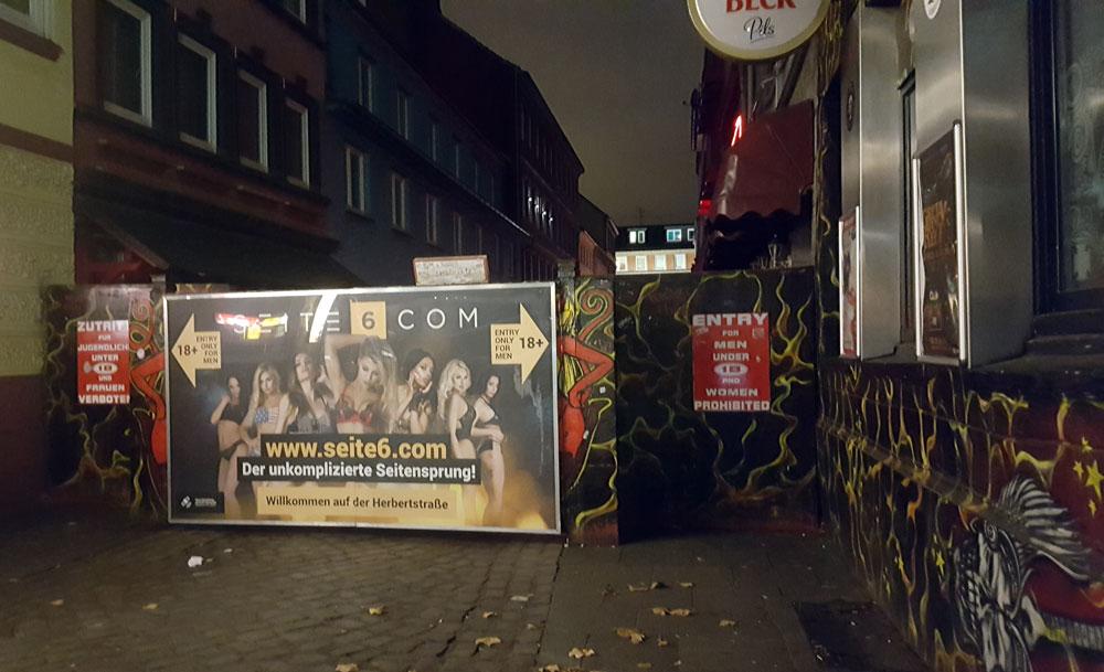 Eingang zur etwa 100 Meter langen Herbertstraße - einer geschlossenen Wohnanlage für Prostituierte