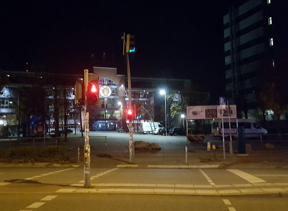 Blick auf den Eingang des Millerntor-Stadion ain der Dämmerung