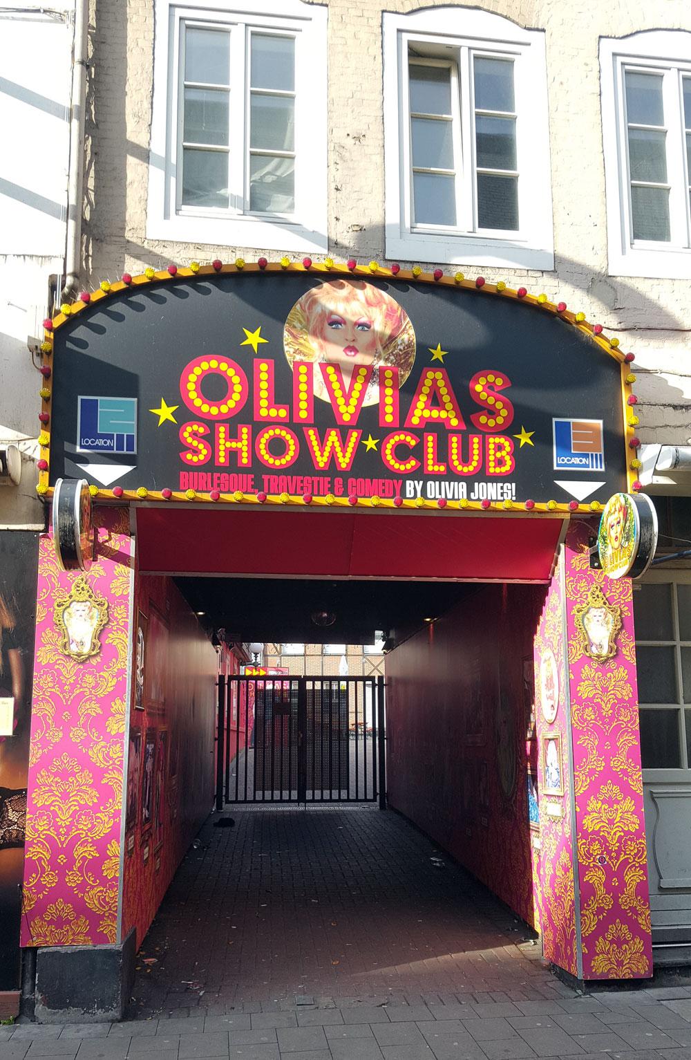 """Eingang des Show-Clubs der Travestiekünstlerin <a href=""""https://de.wikipedia.org/wiki/Olivia_Jones""""> Olivia Hones</a> auf der Großen Freiheit 27"""