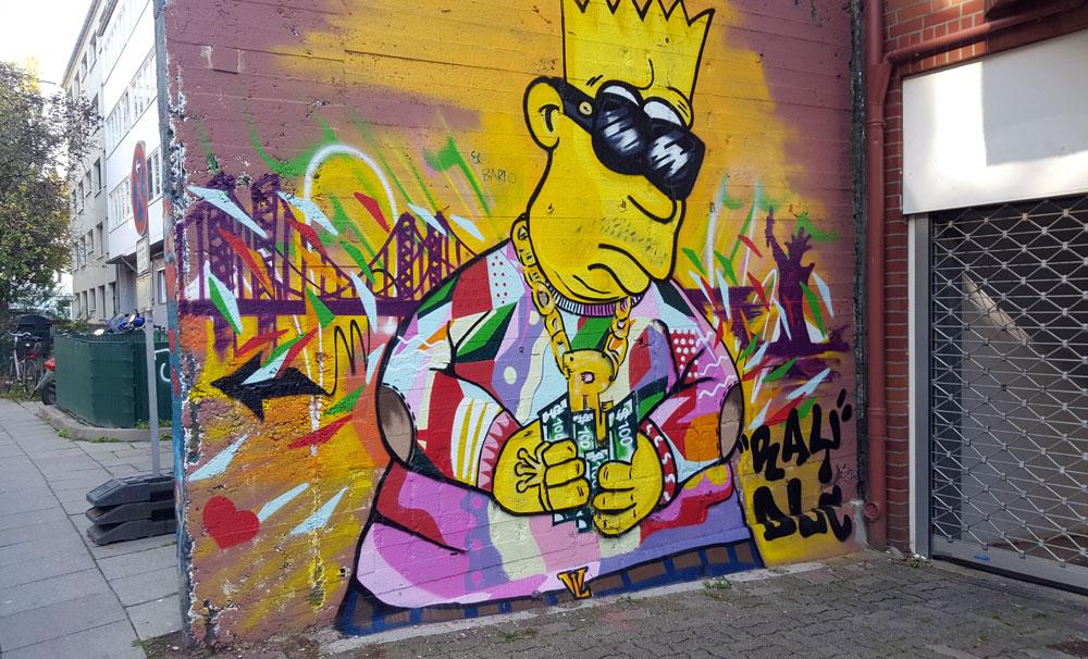"""Graffiti """"Bart Simpsen als Kiezkönig"""" auf einer Hauswand in einer Seitenstraße der Reeperbahn"""