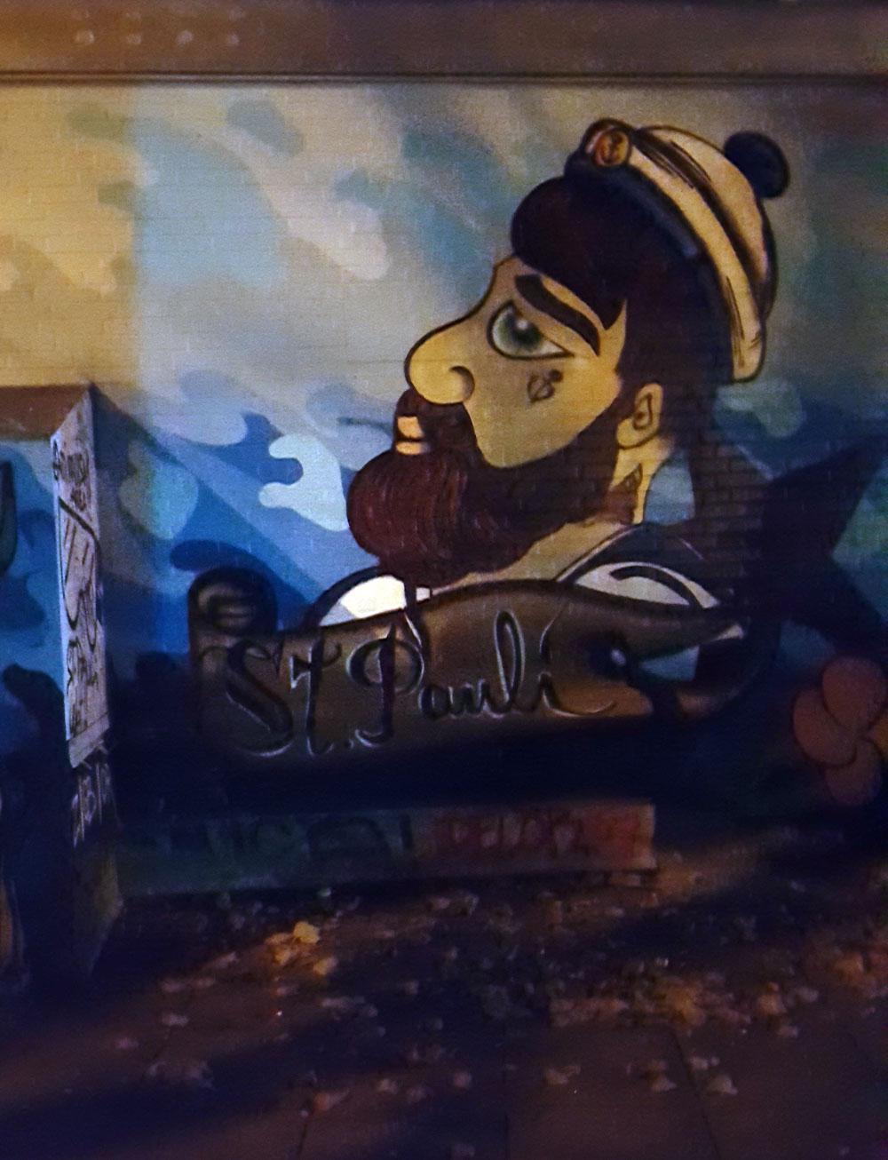 Seemann-Graffiti an einer Hauswand in einer Seitenstraße in St. Pauli